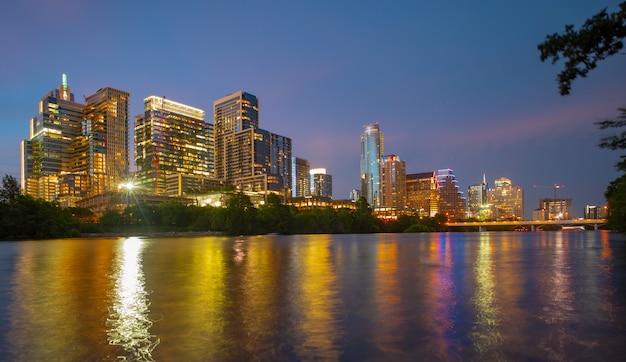 Skyline der innenstadt von austin texas in usa austin sonnenuntergang am colorado river