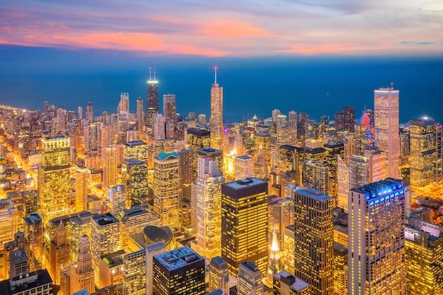 Skyline der innenstadt von chicago aus der draufsicht in den usa bei sonnenuntergang