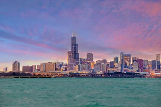 Skyline der innenstadt von chicago in den vereinigten staaten von amerika bei sonnenuntergang