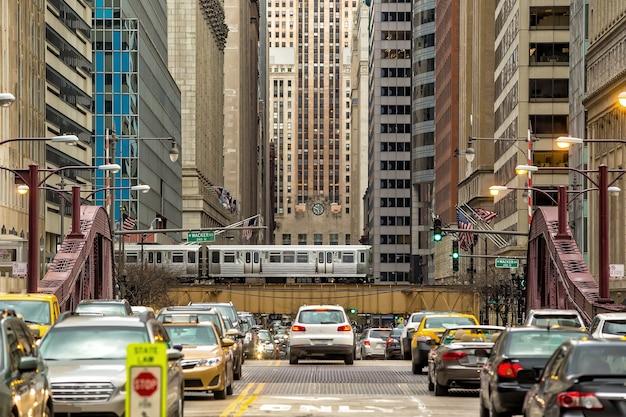 Skyline der innenstadt von chicago in den vereinigten staaten von amerika mit u-bahn