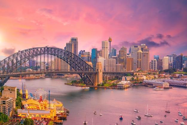 Skyline der innenstadt von sydney in australien in der dämmerung
