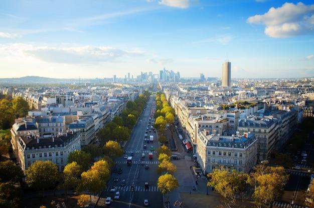 Skyline der pariser stadt place de letoile in richtung la defense district, frankreich, retro getönt