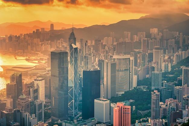 Skyline der stadt hongkong bei sonnenaufgangansicht vom berg der spitze.