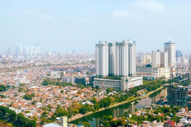 Skyline der stadt jakarta mit städtischen wolkenkratzern am tag