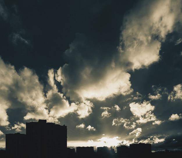 Skyline der stadt mit dramatischem bewölktem himmel bei sonnenuntergang