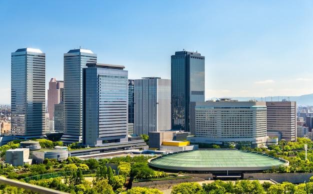 Skyline der stadt osaka in japan, blick von der burg