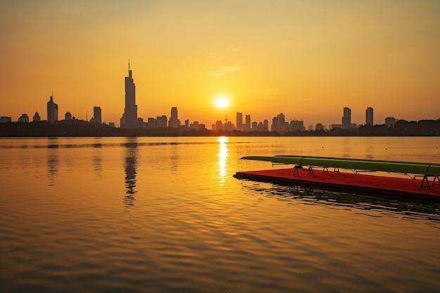 Skyline der stadt qingdao und sports center wharf