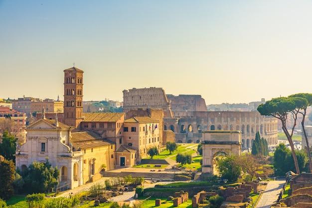 Skyline der stadt rom, italien mit den wahrzeichen des kolosseums und der ansicht des forum romanum vom palatin