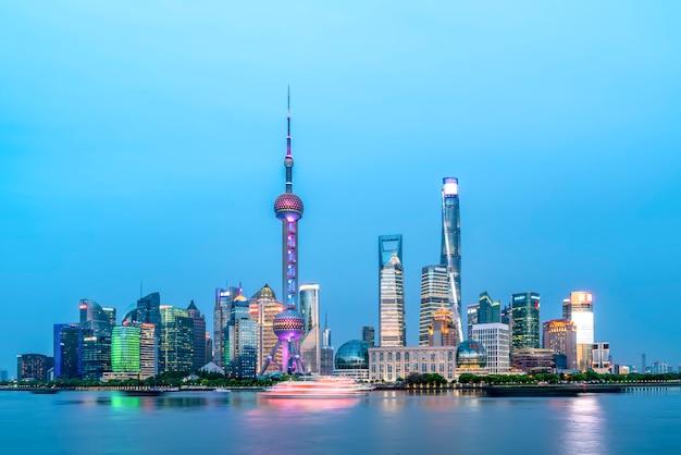 Skyline der stadt shanghai, china auf dem huangpu-fluss.