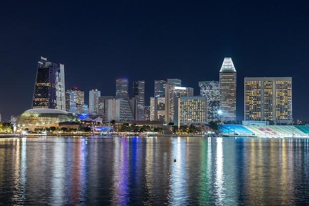 Skyline der stadt singapur bei nacht