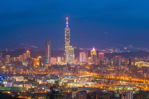 Skyline der stadt taipeh in der dämmerung in taiwan bei nacht