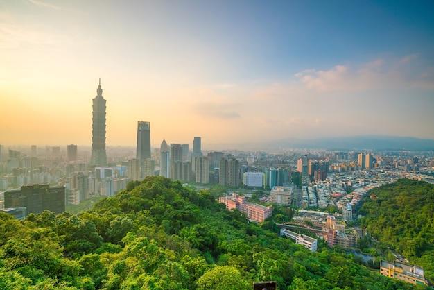 Skyline der stadt taipeh in der dämmerung in taiwan