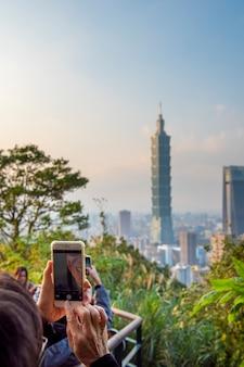 Skyline der stadt taipeh mit 101 turm bei sonnenuntergang