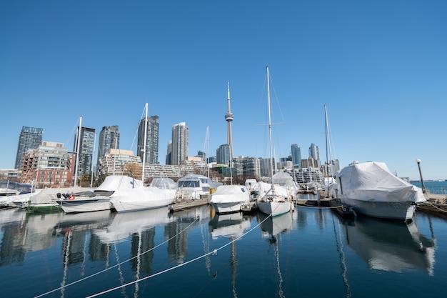 Skyline der stadt toronto vom yachthafenkai west, ontario, kanada