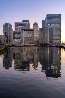 Skyline, die bei canary wharf in sonnenuntergangdämmerung londons britisch errichten