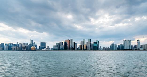 Skyline einer modernen stadt vom meer entfernt