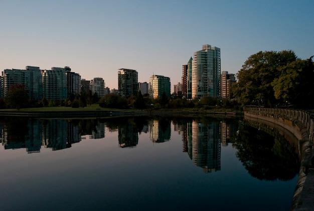 Skyline in der abenddämmerung in vancouver, british columbia, kanada