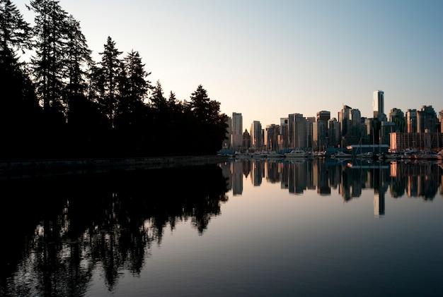 Skyline in der dämmerung in vancouver, britisch-columbia, kanada