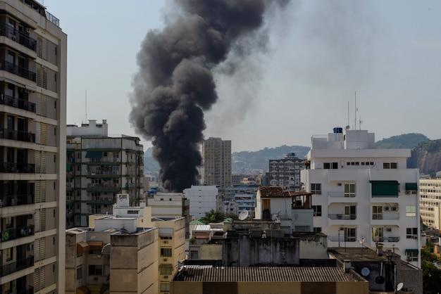 Skyline in der stadt mit schwarzem rauch