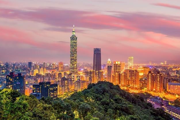 Skyline-landschaft der stadt taipeh bei sonnenuntergang in taiwan