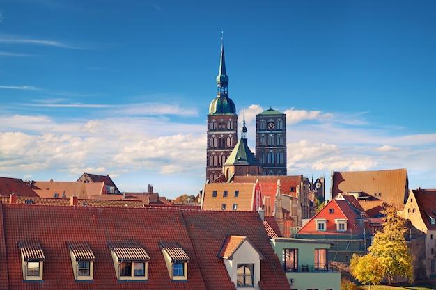 Skyline mit zwei türmen der mittelalterlichen nikolaikirche in stralsund, deutschland