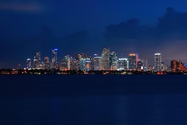 Skyline stadt miami beleuchtung lichter meer ozean sonnenuntergang nacht stadtbild gebäude innenstadt architektur ...