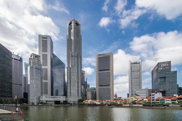 Skyline-stadt von singapur in der dämmerung