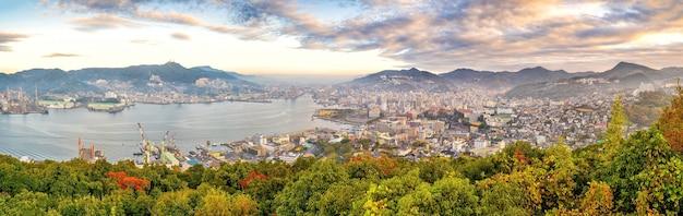 Skyline-stadtbild der innenstadt von nagasaki in kyushu japan aus der draufsicht