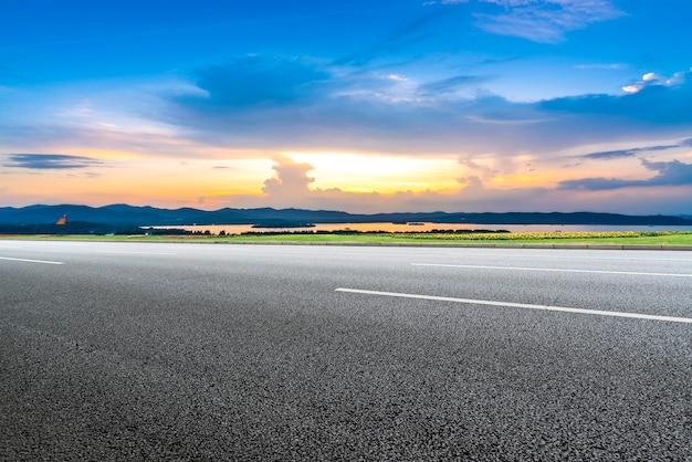 Skyline und himmelswolken auf der teerstraße
