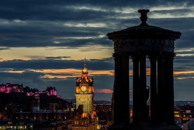 Skyline und schloss der stadt edinburgh bei nacht, schottland