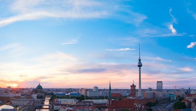 Skyline von berlin in deutschland auf einem sonnenuntergang