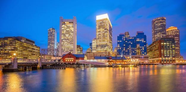 Skyline von boston harbor in der dämmerung, massachusetts in usa