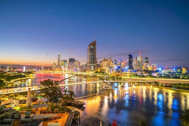 Skyline von brisbane und brisbane river in der dämmerung in australien