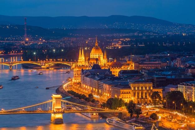 Skyline von budapest in ungarn. nachtansicht des parlamentsgebäudes über dem donaudelta