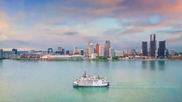 Skyline von detroit in michigan, usa bei sonnenuntergang, aufgenommen von windsor, ontario, kanada
