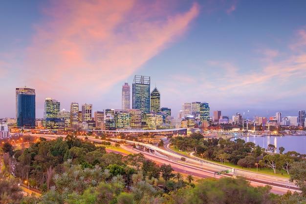 Skyline von downtown perth in australien in der dämmerung