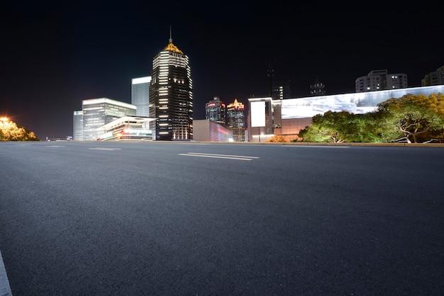 Skyline von highway pavement und shanghai architectural landscape