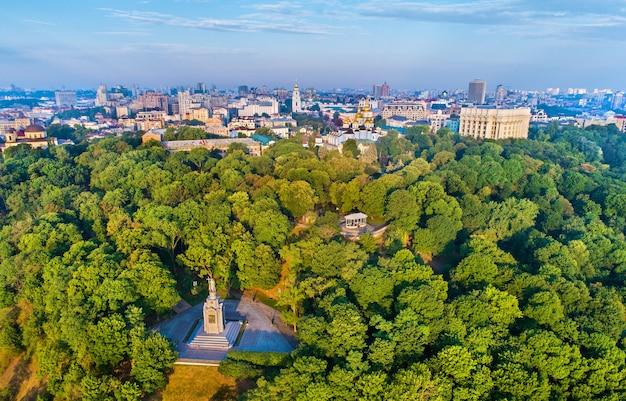 Skyline von kiew über dem denkmal des heiligen wladimir der große - ukraine, osteuropa eastern
