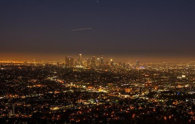 Skyline von los angeles bei nacht. schöne aussicht auf die nachtstadt
