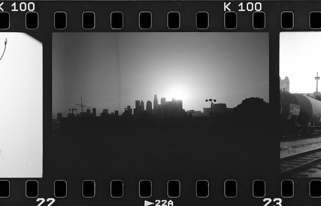 Skyline von los angeles in einem filmstreifen