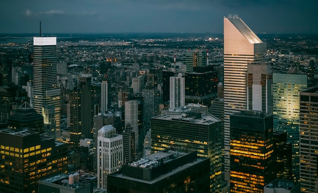 Skyline von manhattan bei nacht mit wolkenkratzern in new york city