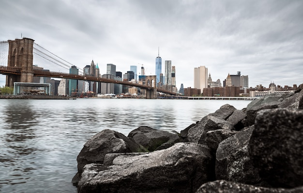 Skyline von manhattan und brooklyn bridge