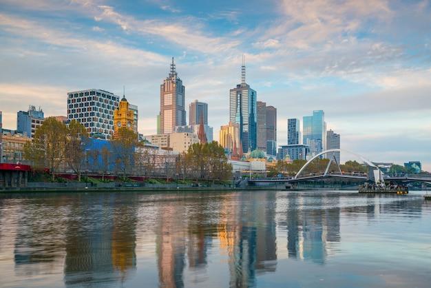 Skyline von melbourne in australien mit blauem himmel