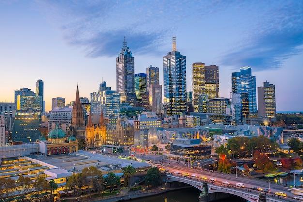 Skyline von melbourne in der dämmerung in australien