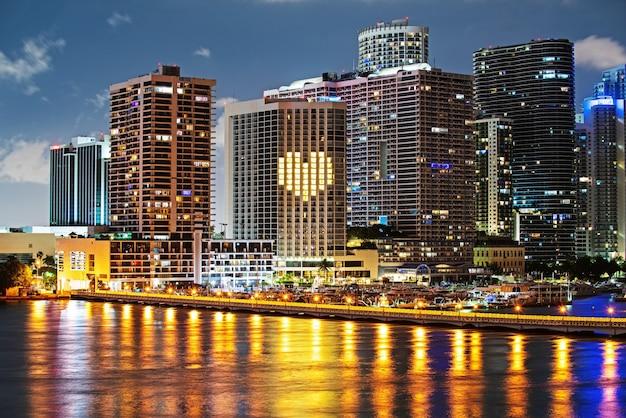 Skyline von miami biscayne bay reflexionen, hohe auflösung. miami-skyline.