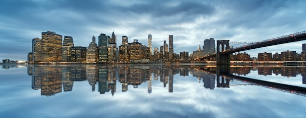Skyline von new york city mit städtischen wolkenkratzern bei sonnenuntergang, usa.