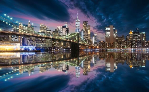 Skyline von new york von der brooklyn bridge
