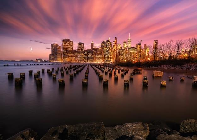 Skyline von new york von der bucht aus gesehen