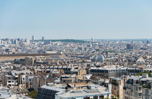 Skyline von paris am hellen sommertag