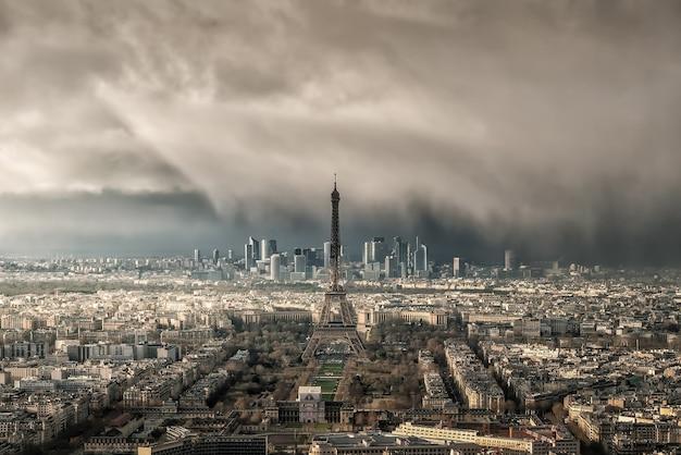 Skyline von paris mit eiffelturm mit schneesturm in frankreich aus der draufsicht